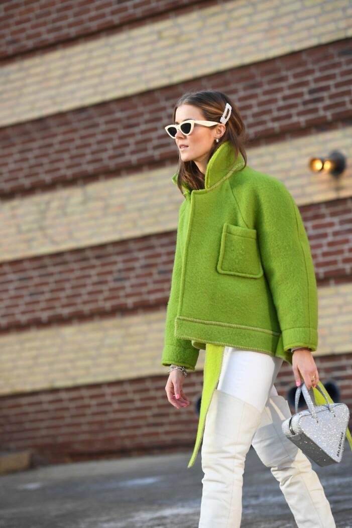 vit outfit med grön jacka