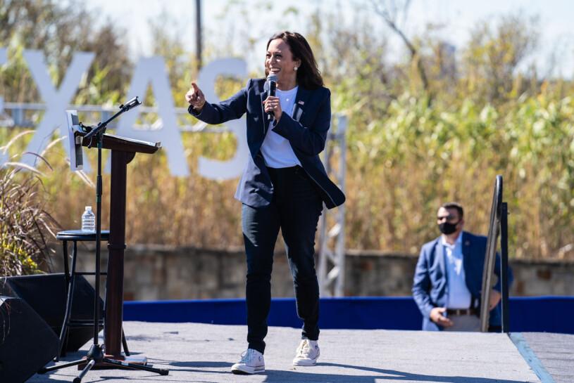 Kamala Harris håller tal
