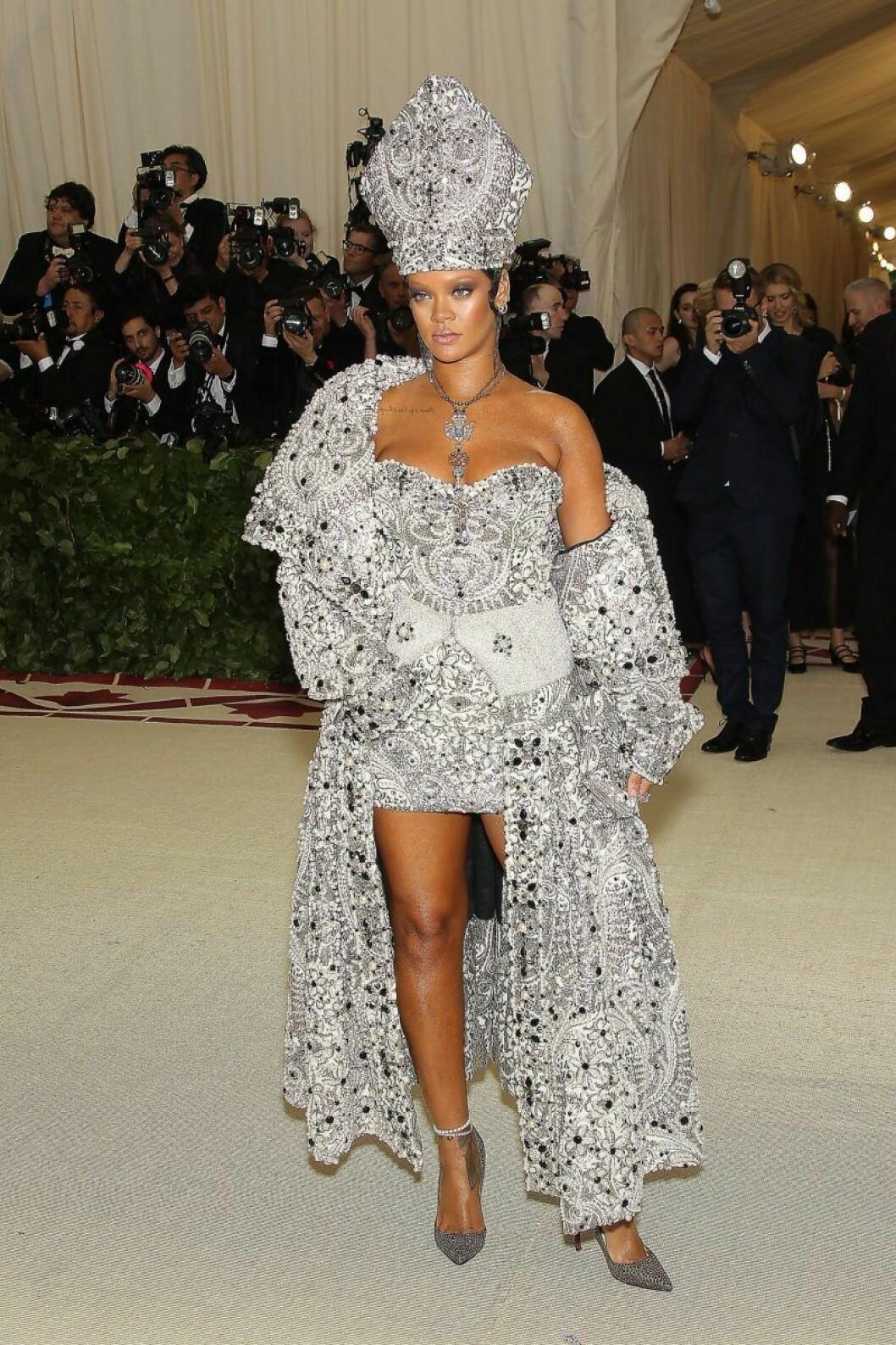 Rihanna poserar kaxigt i en dräkt som efterliknar påvens med en gigantisk mitra.