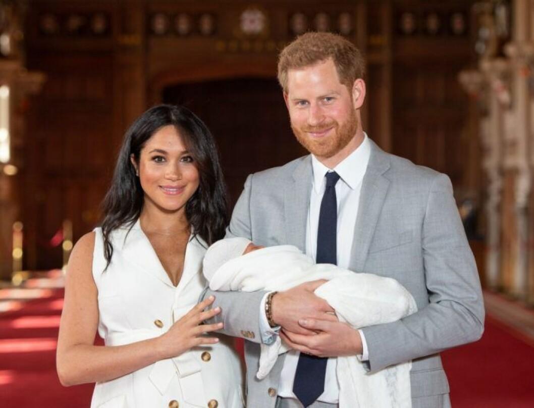 Meghan och Harry visar upp nyfödda sonen Archie.