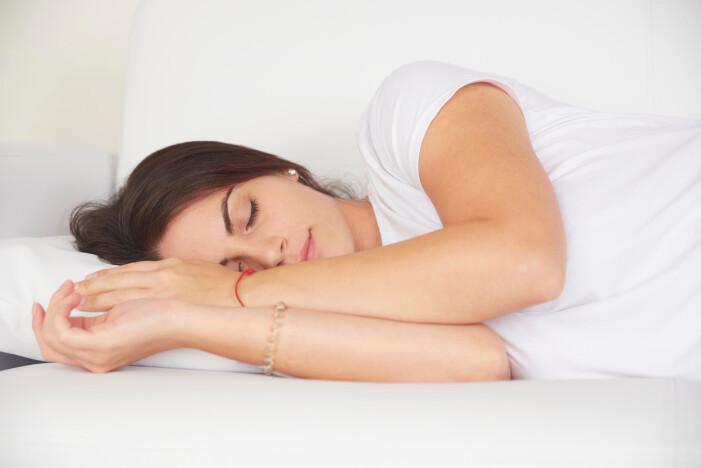 Kvinna sover.