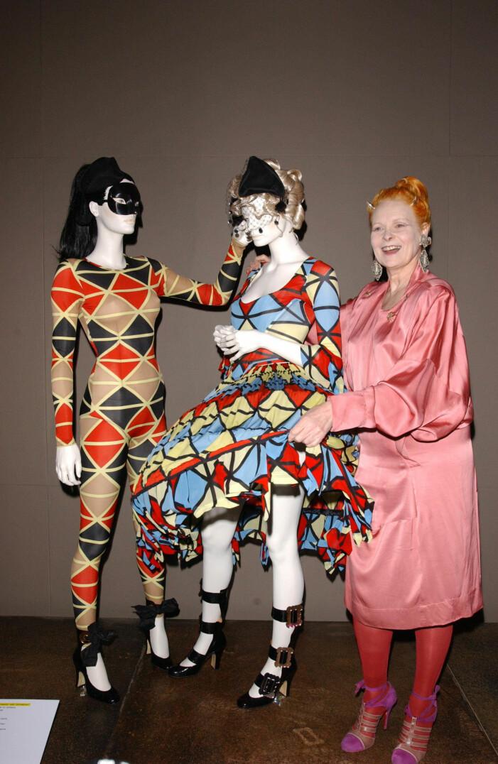 Vivienne Westwood i rosa klänning