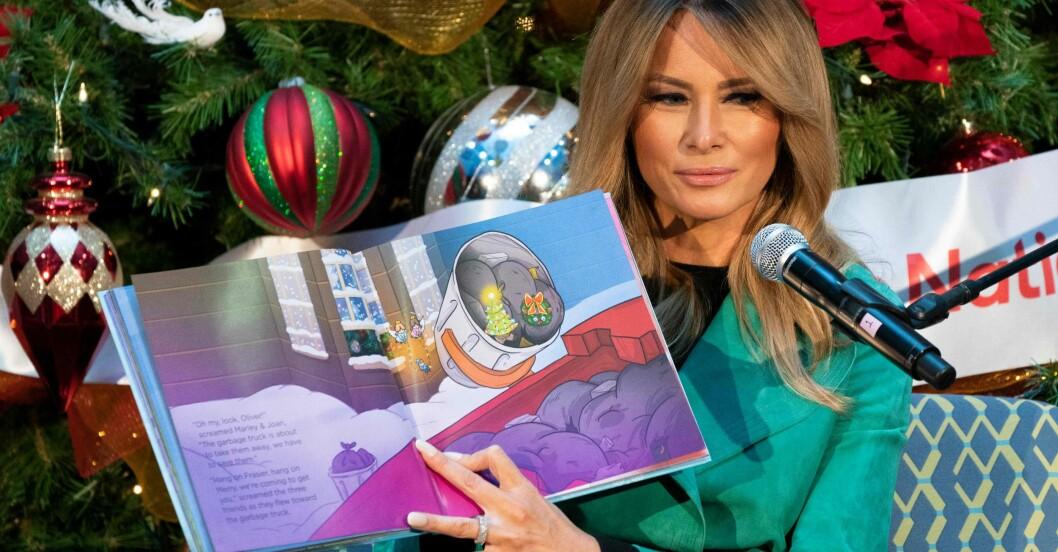 Melania Trump läser julsaga på barnsjukhus – utan munskydd.