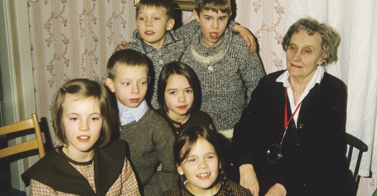 Skådespelarna i Alla vi barn i Bullerbyn tillsammans med Astrid Lindgren.