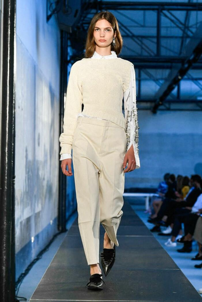 Monokrom look med beiga kostymbyxor och en beige stickad tröja
