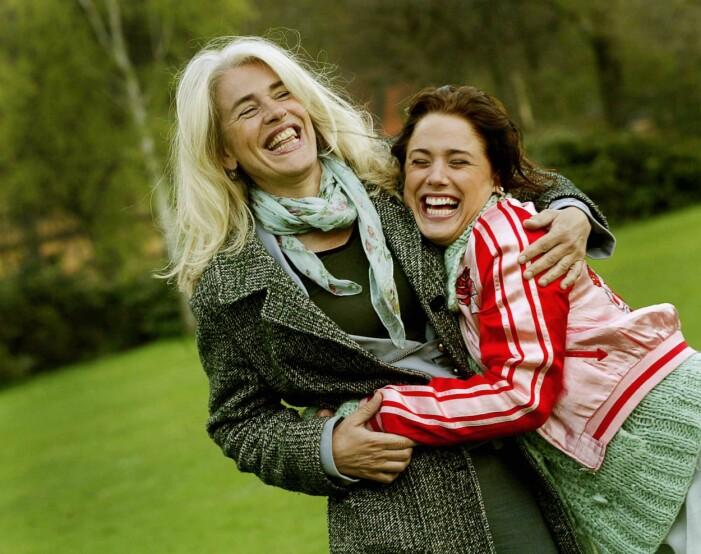 Ewa och Tilde Fröling skrattar och kramas.