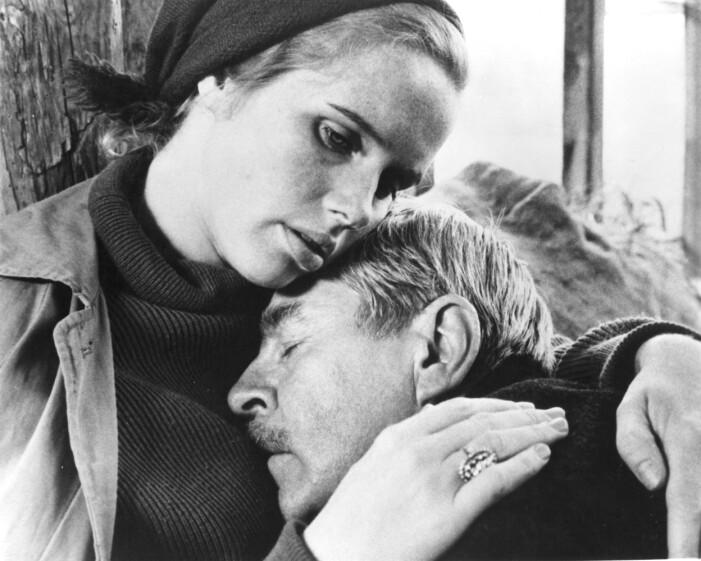 Liv Ullmann och Gunnar Björnstrand i Ingmar Bergmans Skammen.
