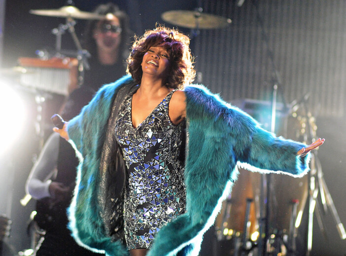 Whitney Houston i en silverklänning
