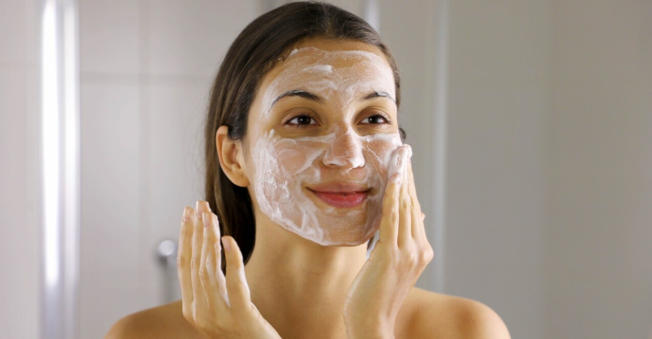 En kvinna som rengör sitt ansikte.