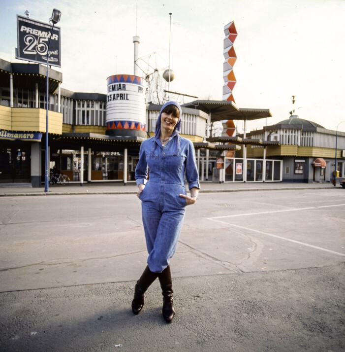 Lill Lindfors i byxdress i denim jeans