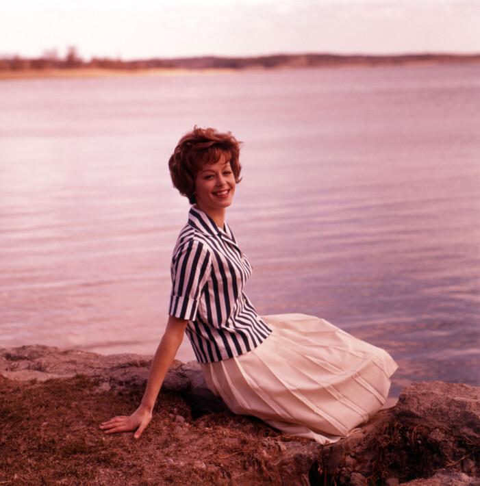 Lill Lindfors i snygg randig blus med en veckad kjol