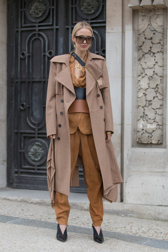 Hanne Leonie i en brun outfit på modeveckan