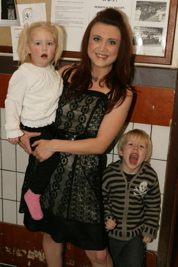 Camilla Läckberg med barnen Meja och Wille under en gala på Cafe Opera 2006.