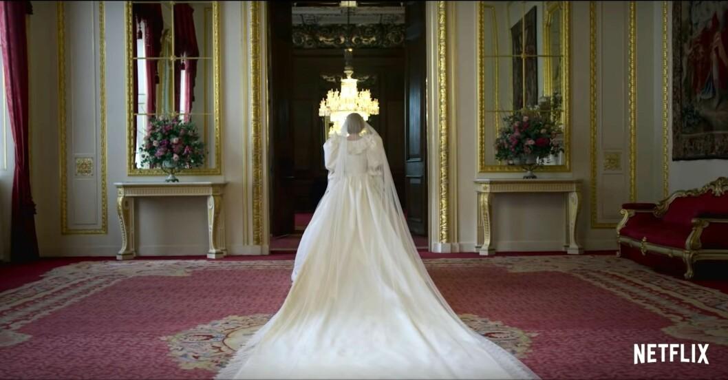 Emma Corrin i prinsessan Dianas bröllopsklänning