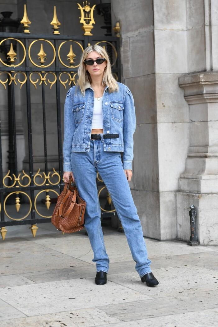 denim on denim-outfit med jeansjacka och jeans
