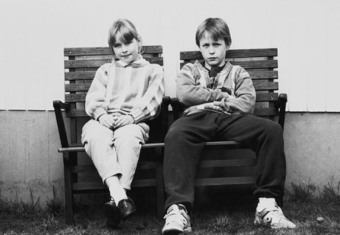 Svartvitt och Lisen och Johan på en bänk.