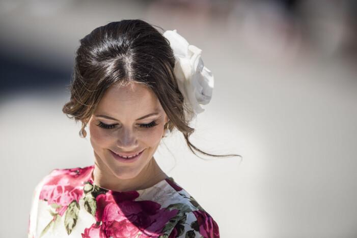 Prinsessan Sofia med vacker blomma i håret