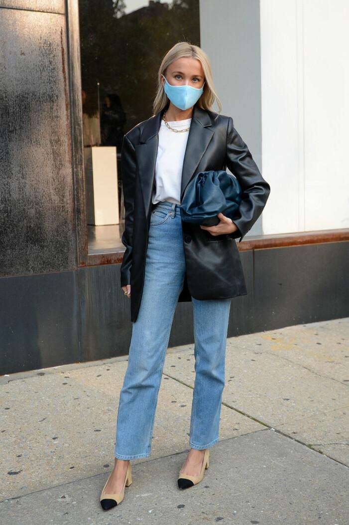 snygg outfit med jeans kavaj och munskydd