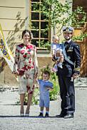 Prinsessan Sofia och prins Carl-Philip vid Adriennes dop utanför Drottningholms kyrka