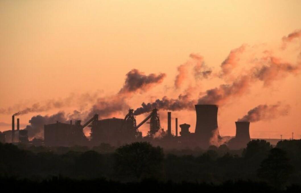 Horisont över fabrik som släpper ut rök.