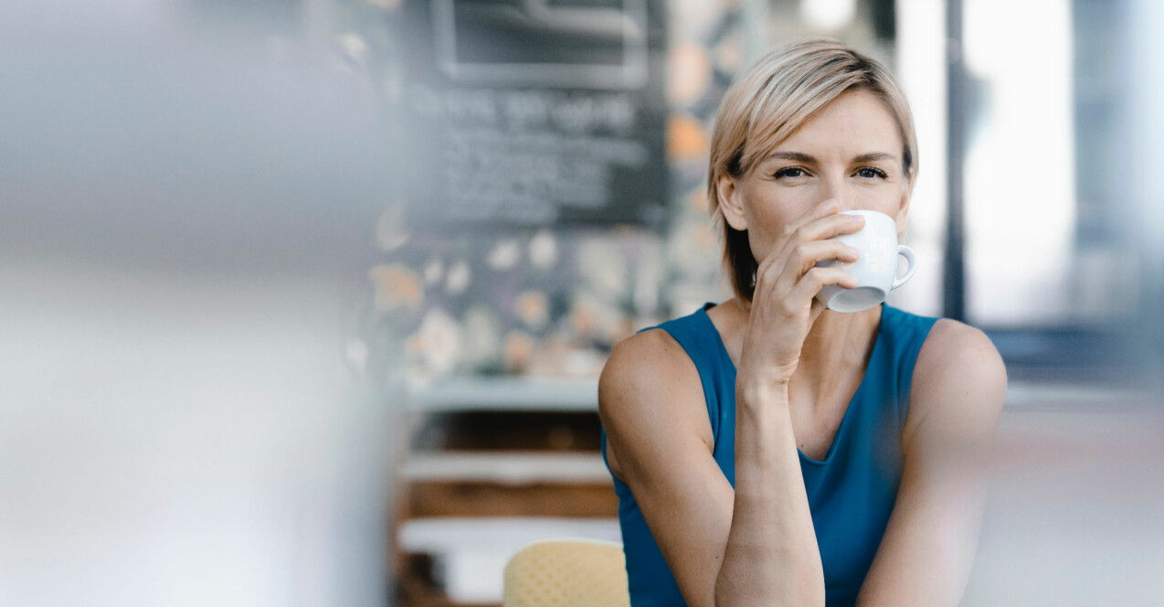 Kvinna dricker kaffe.