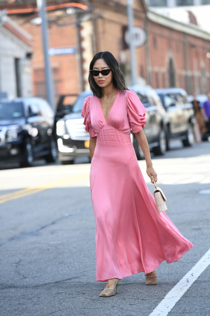 aimee song i en rosa klänning