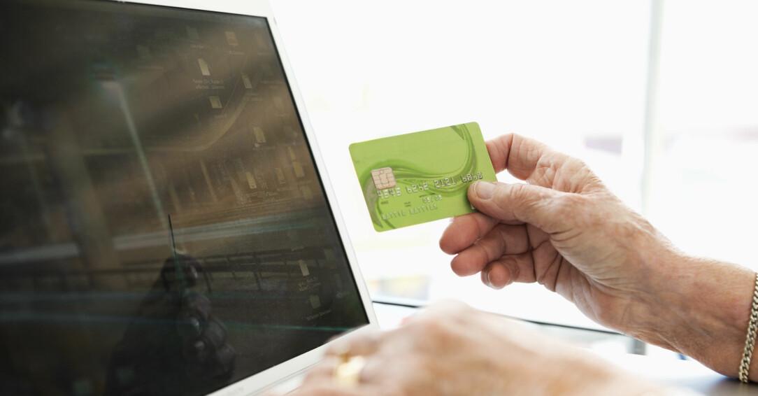 Kvinna betalar online.