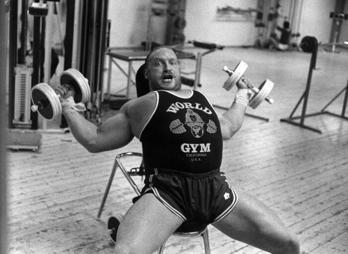 Svartvit bild på Lennart Hoa-Hoa Dahlgren som styrketränar.