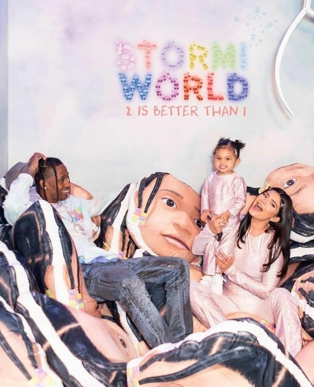 Travis Scott, Kylie Jenner och Stormi Webster sitter på massa kuddar