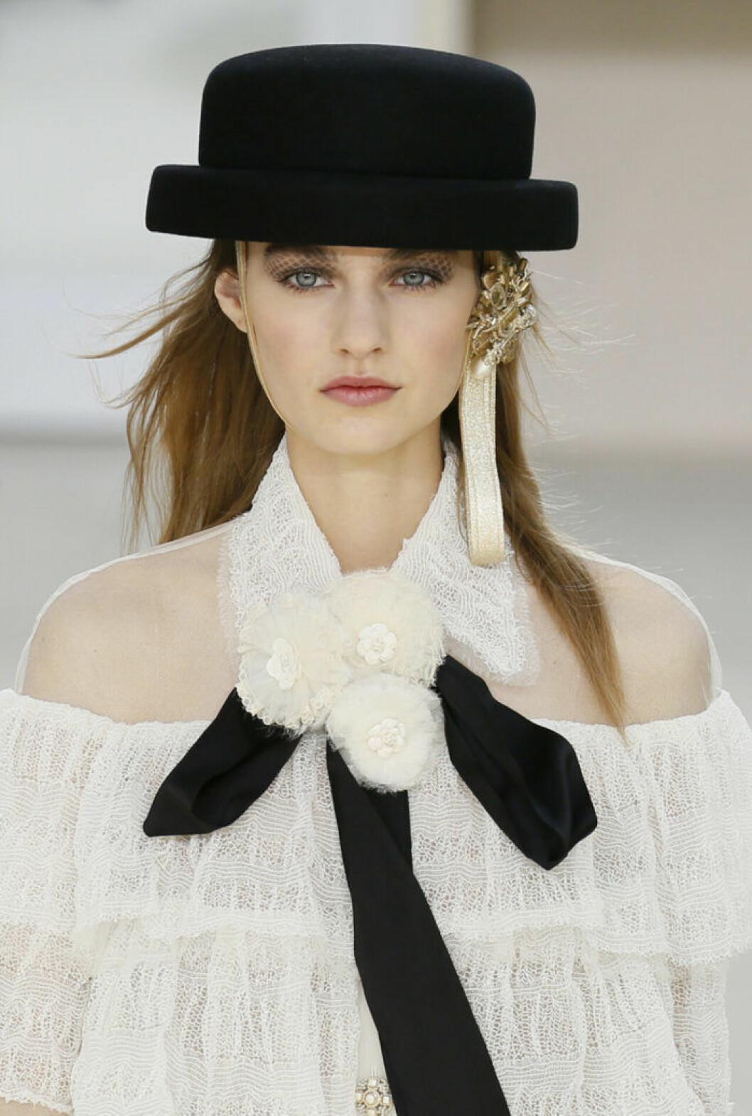 Karl Lagerfeld för Chanel 2016/2017, en svart hatt med flour.