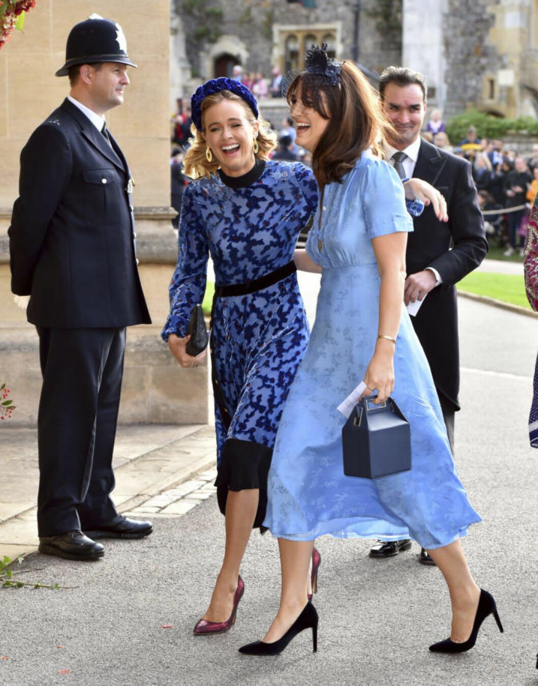 Brittiska societetstjejen Cressida Bonas, prins Harrys ex-flickvän, anländer till kyrkan med en väninna.
