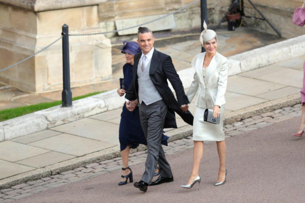 Robbie Williams och Ayda Field (höger) anländer till Eugenies bröllop.
