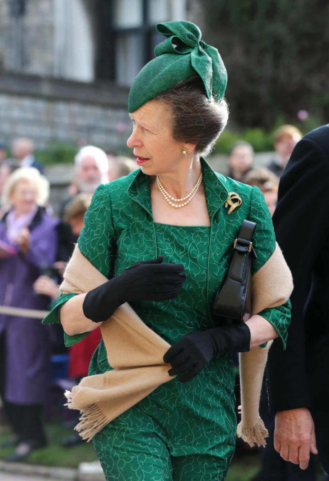 Prinsessan Anne bar grönt från topp till tå på brorsdottern Eugenies bröllop.