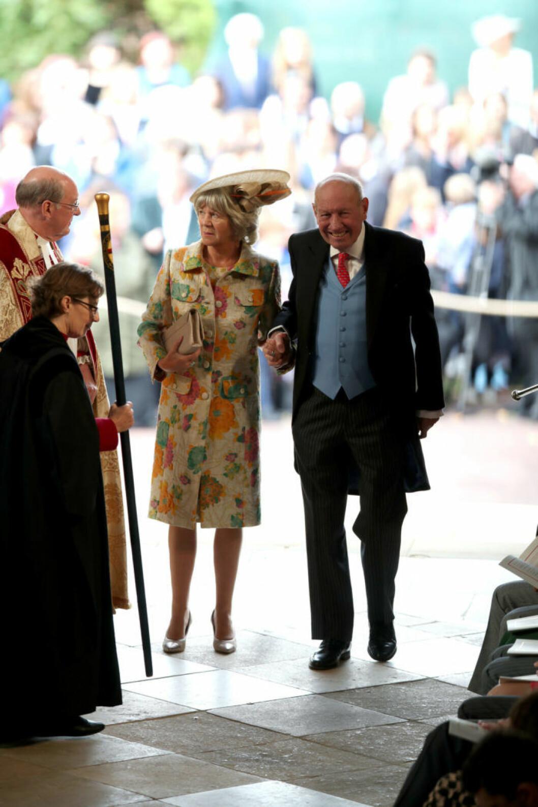 Jack Brooksbanks mamma och pappa, Nicola och George Brooksbank anlände till kyrkan hand i hand.