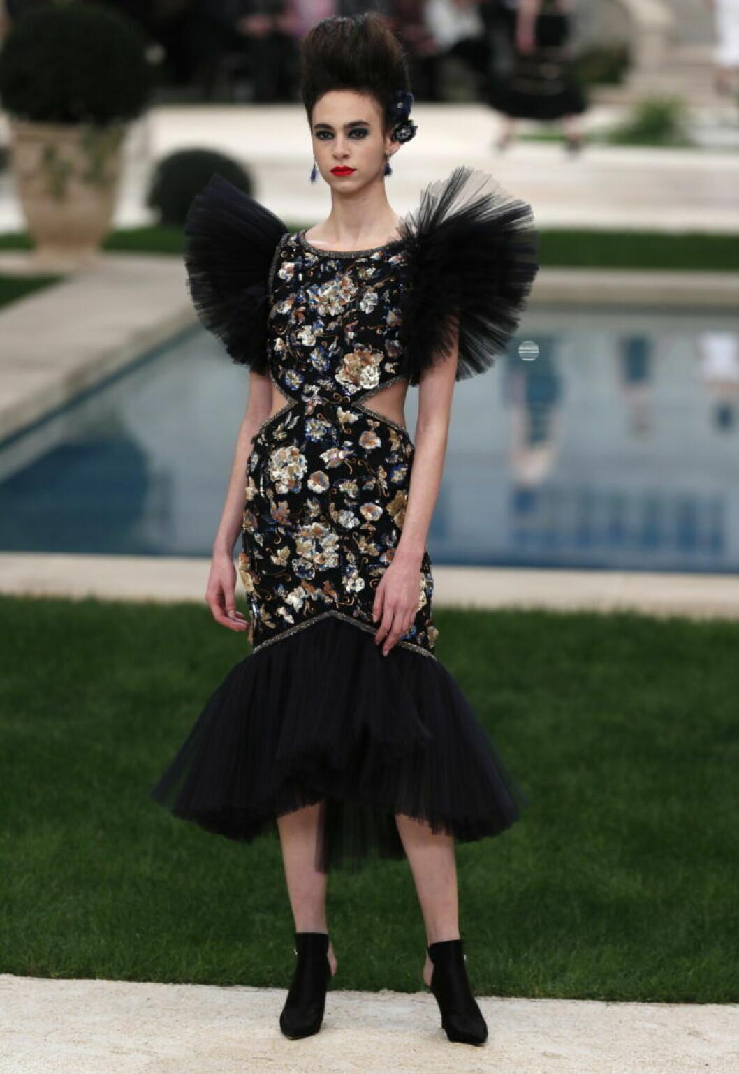 Karl Lagerfelds visning för Chanel med en tajt tyllklänning i svart.