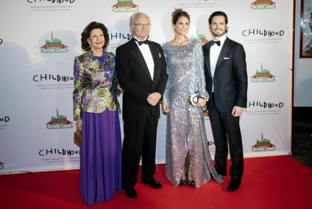 drottning Silvia, kung Carl XVI Gustaf, prinsessan Madeleine och prins Carl Philip på Chilldhoodgalan 2019