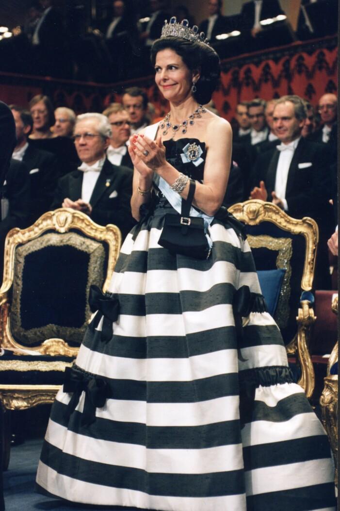 Drottning Siliva i randig klänning från Nina Ricci på Nobelfesten 1993.
