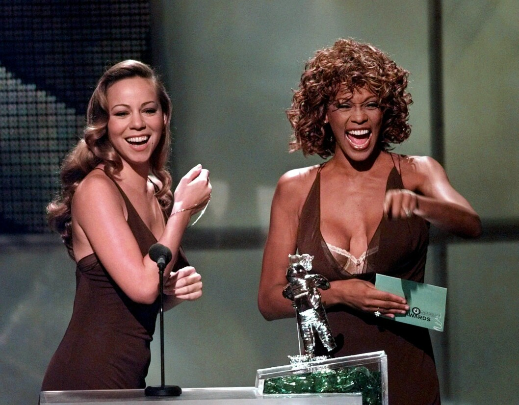 Mariah Varey och Whitney Houston delar ut pris