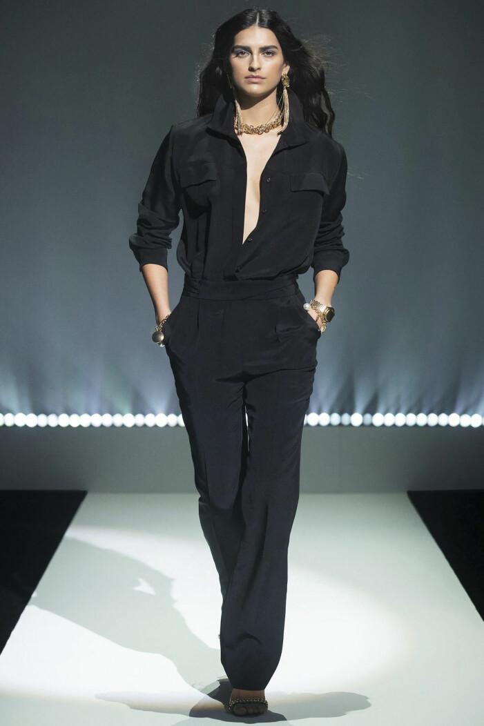 Svarta byxor med svart skjorta