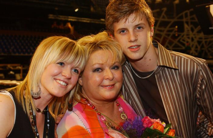 Kikki Danielsson med barnen Emma och Viktor Roos.