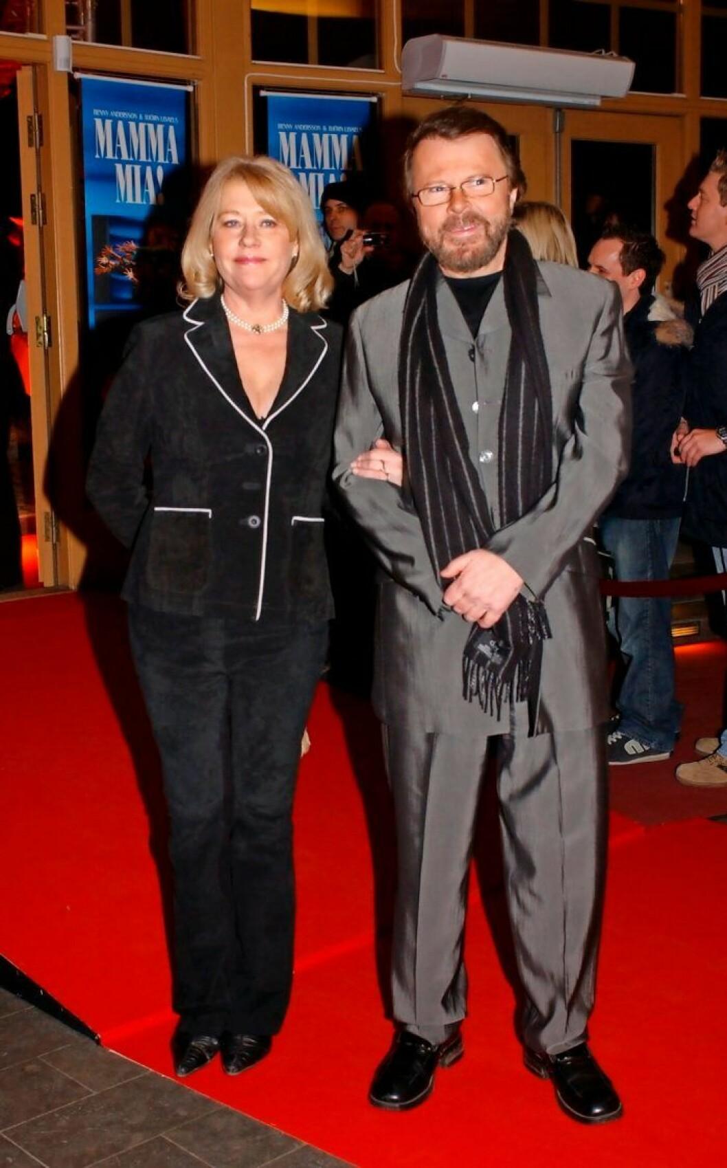 Och Björn Ulvaeus när han anländer till Cirkus med hustrun Lena.