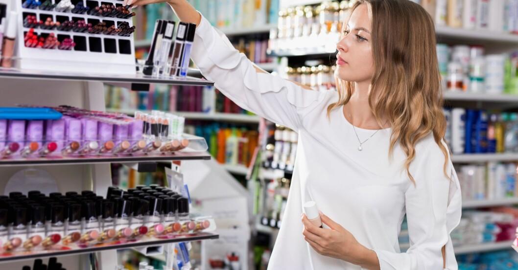 Kvinna shoppar smink.