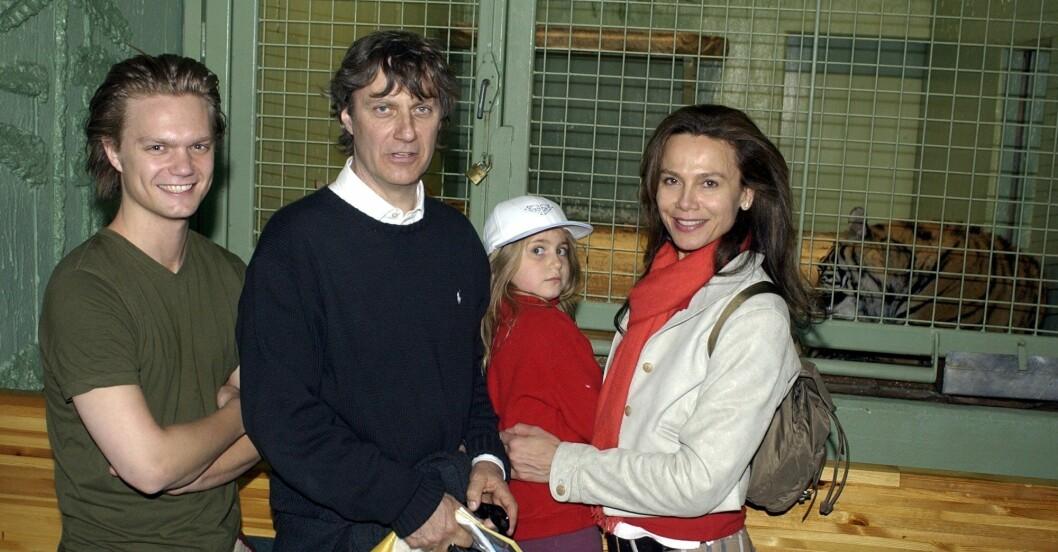 Lasse Hallström och Lena Olin med barnen Johan och Tora på Kolmården 2002.