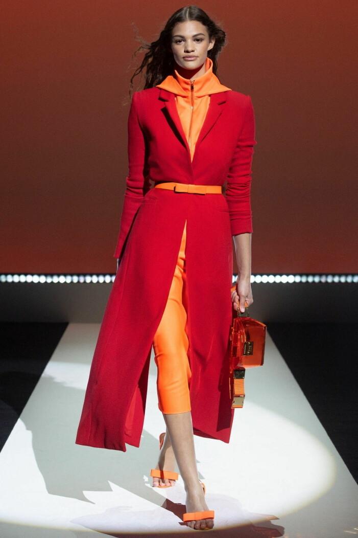 Röd kappa med orangea accessoarer Brandon Maxwell ss 21