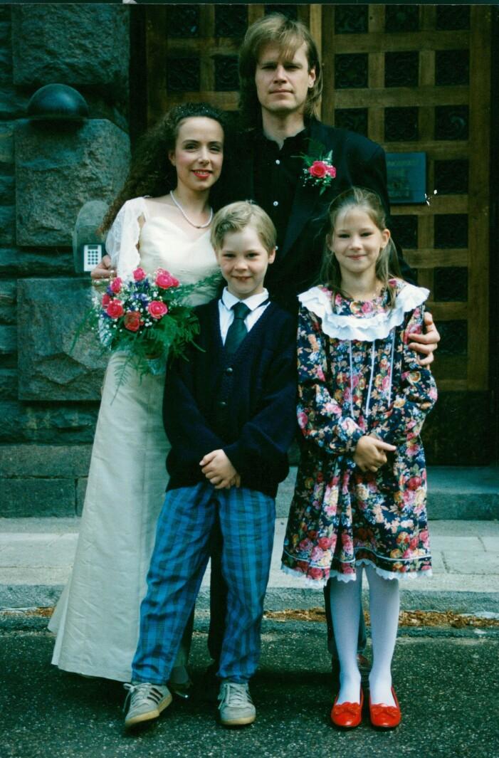Ted Gärdestad med Alexandra Lindholm och barnen på sin bröllopsdag.