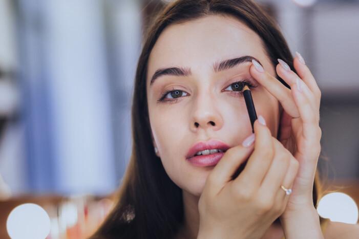 Sminka hängande ögon med eyeliner