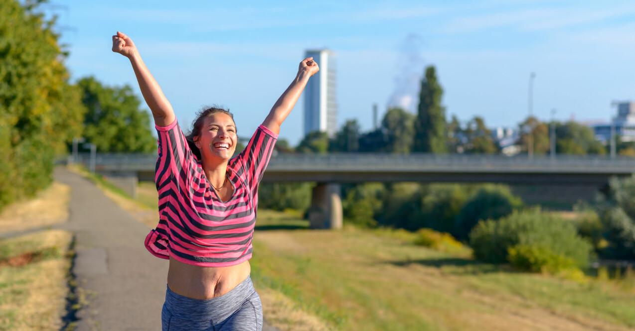 Kvinna tränar visar magen