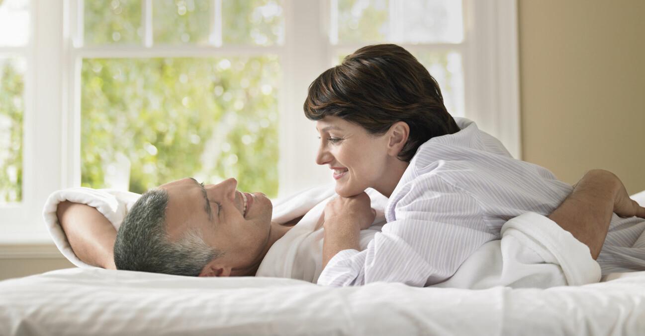 Äldre par tillsammans i en säng