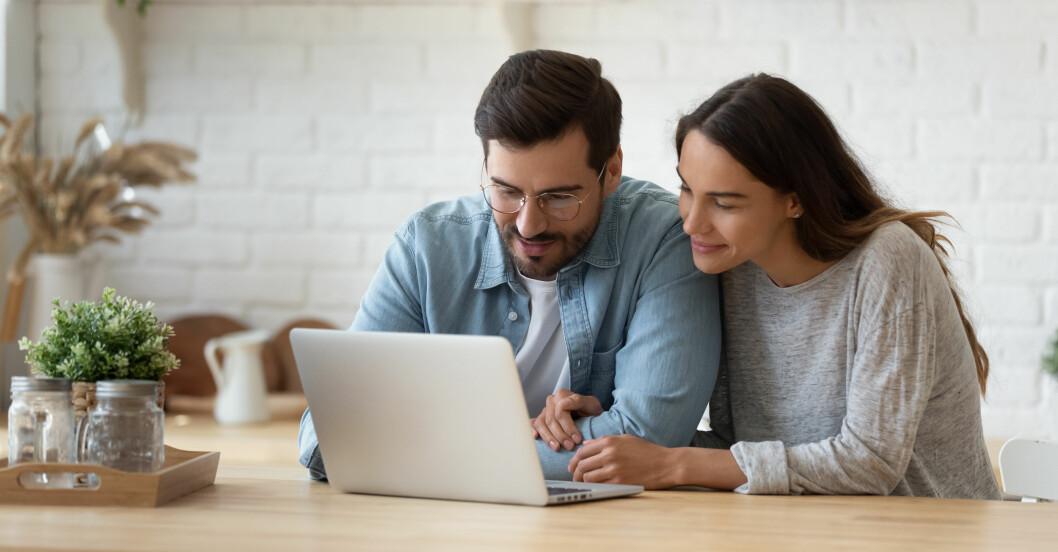 Par sitter vid bord och planerar ekonomi