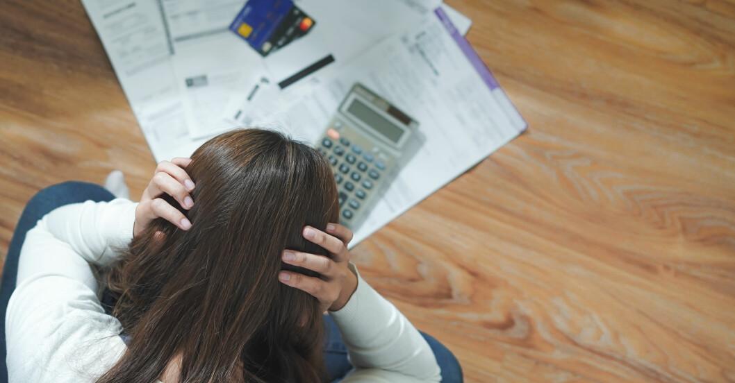 Kvinna med ångest över ekonomi